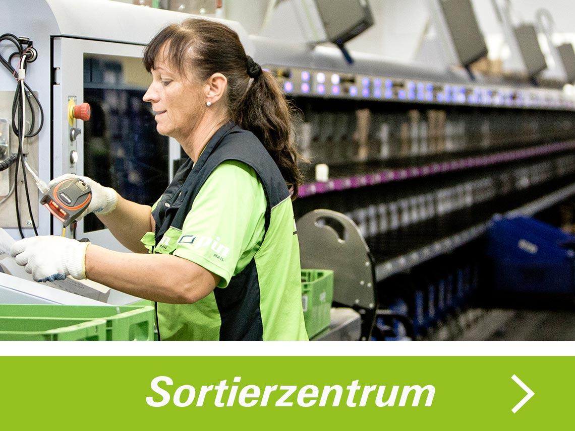 Sortiererin der PIN AG an einer Sortiermaschine