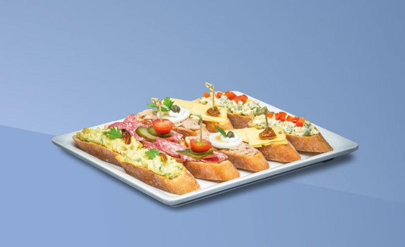 Snackplatte auf blauem Hintergrund