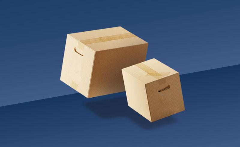 zwei Kartons schweben auf blauem Hintergrund