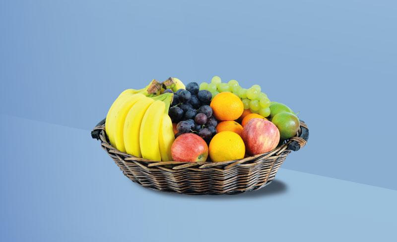 Obstkorb auf blauem Hintergrund