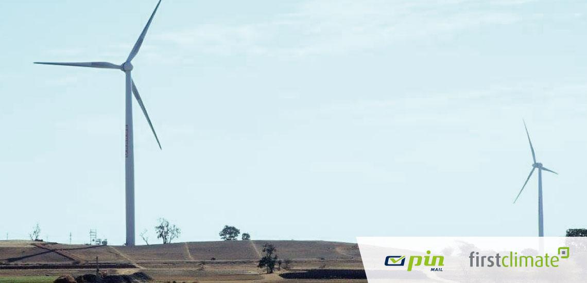 Windräder in einer Landschaft in Indien