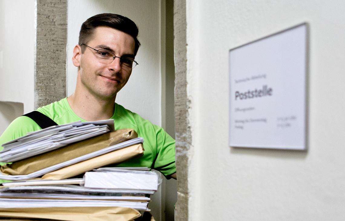 PIN Mitarbeiter an der Tür des Poststellenmanagements