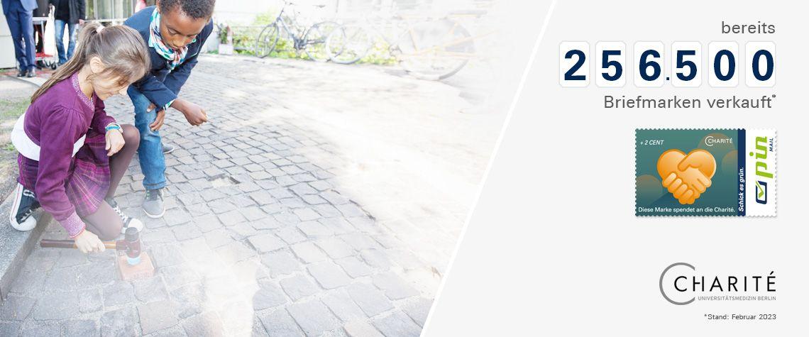 ein Bogen der Charité-Spendenbriefmarke auf der Versandkarte