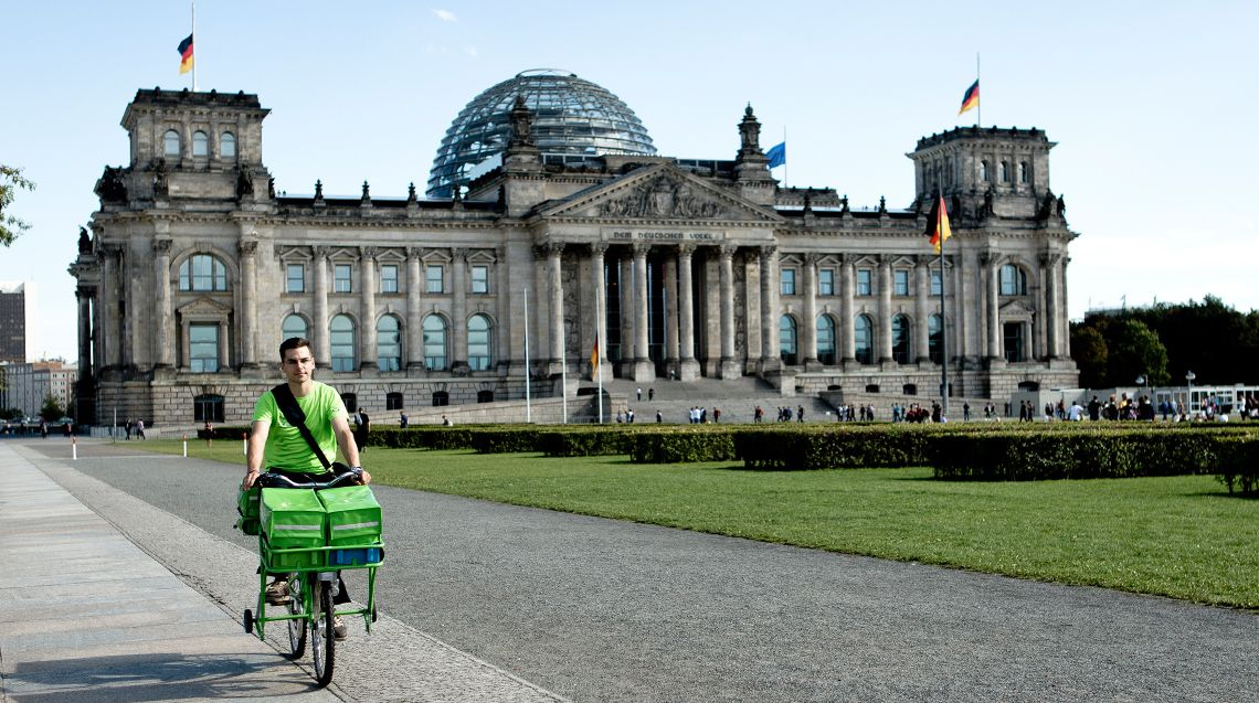 PIN Mitarbeiter vor dem Reichstag