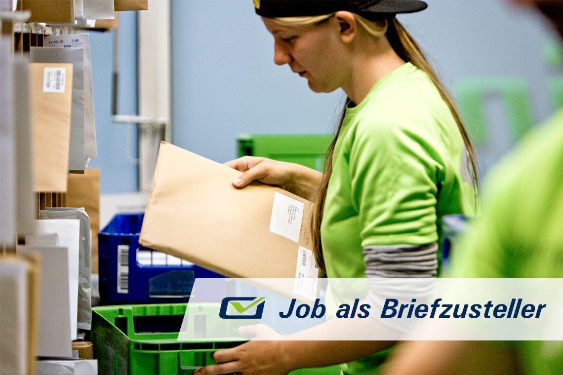 Eine Zustellelrin der PIN Mail AG vor ihrem Blocksortierregal hält einen Maxi-Brief in der Hand