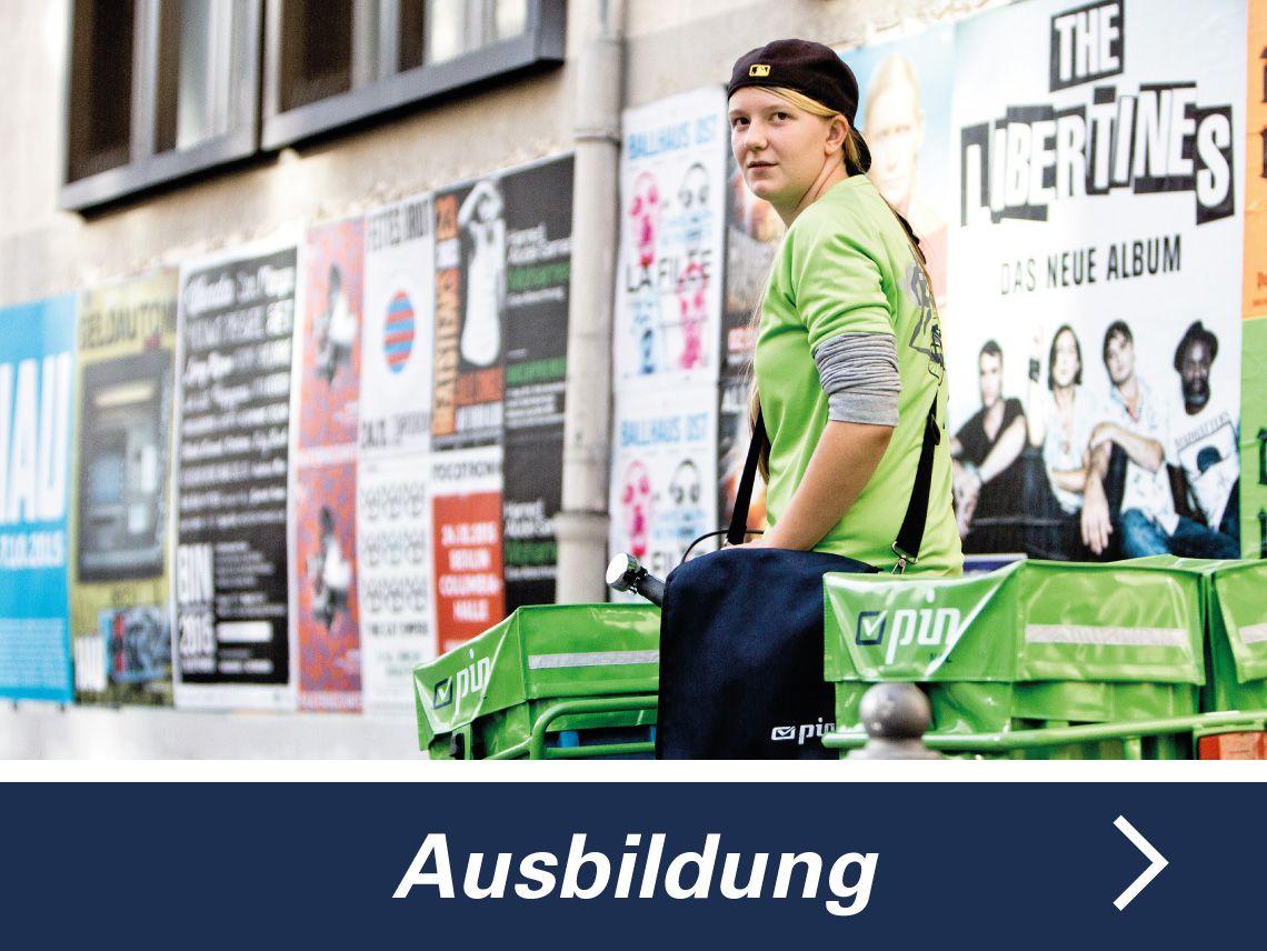 Zustellerin der PIN Mail AG vor einer plakatierten Wand