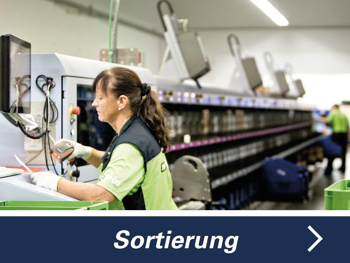 Sortiererin der PIN Mail AG an einer Sortiermaschine