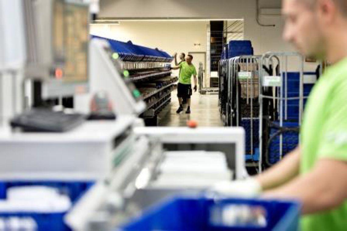 Mitarbeiter der PIN Mail AG an der Sortiermaschine für Briefsendungen