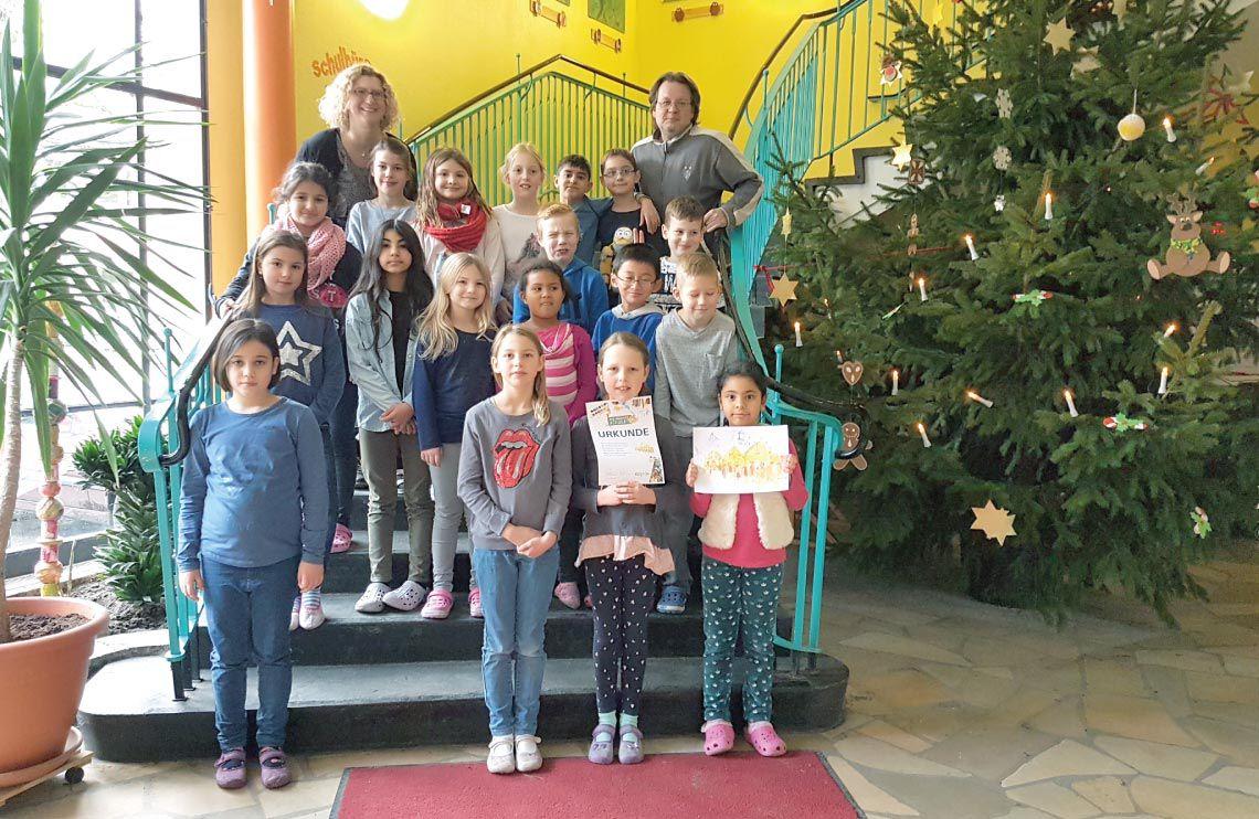 Gewinnerklasse PIN macht Schule 2017 - Alfred-Brehm-Grundschule - im Treppenhaus vor einem großen Weihnachtsbaum
