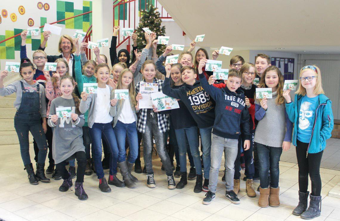 Gewinnerklasse PIN macht Schule 2017 - Grundschule unter den Kastanien - im Treppenhaus vor dem Weihnachtsbaus