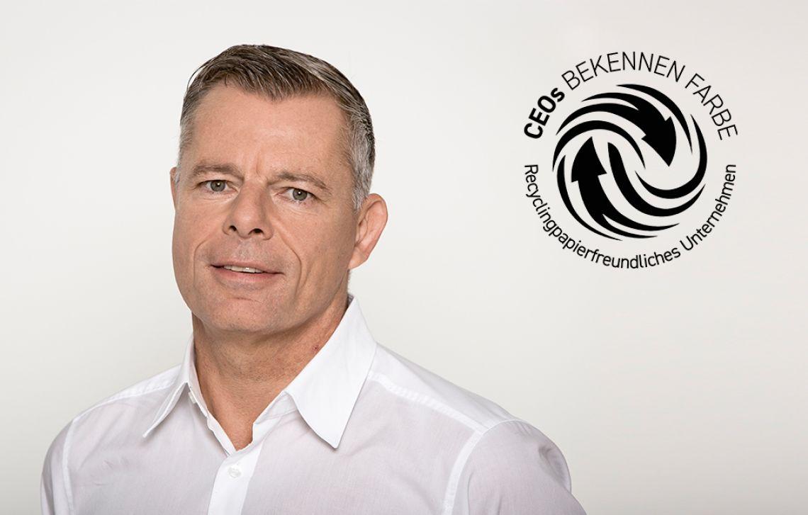 Dr. Axel Stirl, CEO der PIN Mail AG, vor grauem Hintergrund und das Logo von CEOs bekennen Farbe