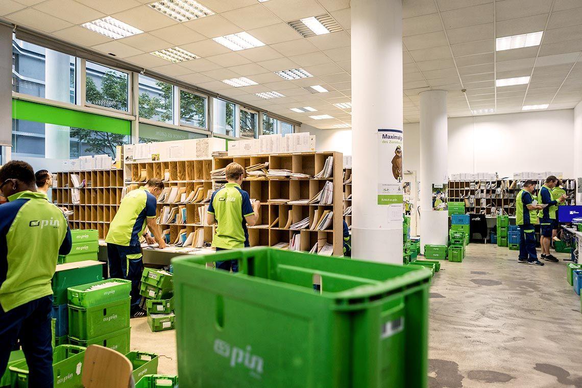 PIN-Zusteller sortieren Post in einem Depot