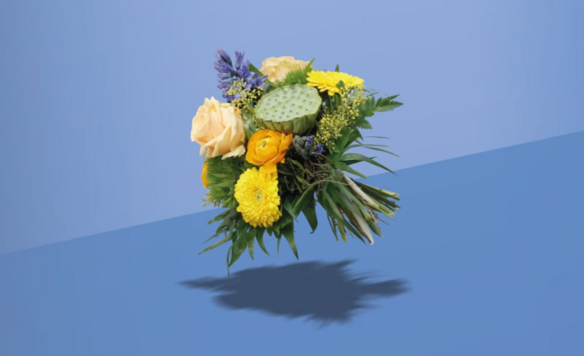 Blumenstrauß schwebt auf blauem Hintergrund
