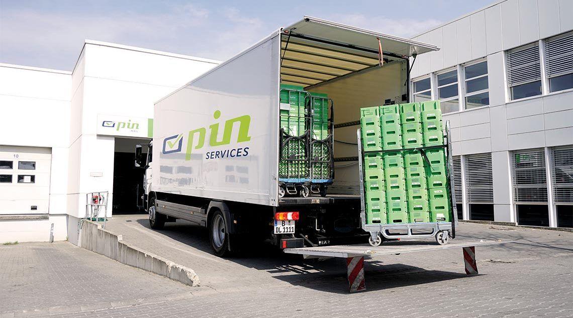Lieferwagen der PIN Services GmbH auf der Laderampe vor dem PIN-Sortierzentrum in Berlin-Mahlsdorf