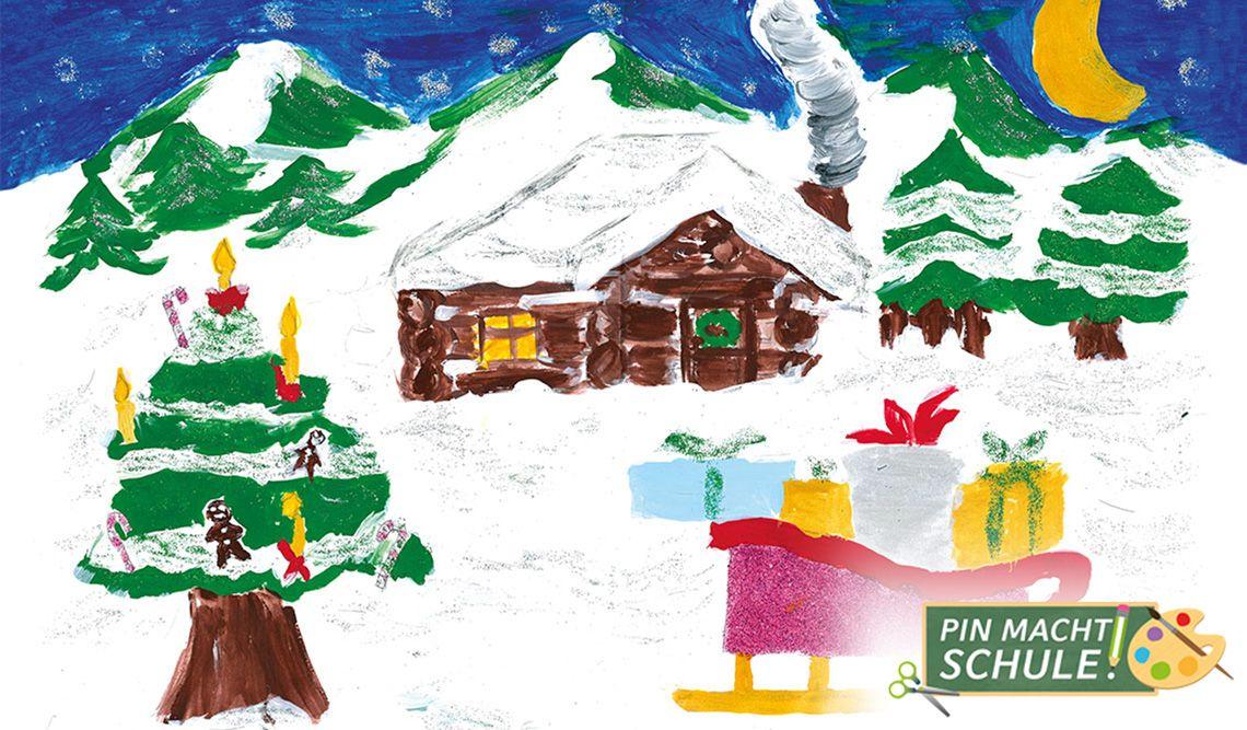 verschneite Hütte im Wald, im Vordergrund ein geschmückter Baum und der Schlitten des Weihanchtsmannes