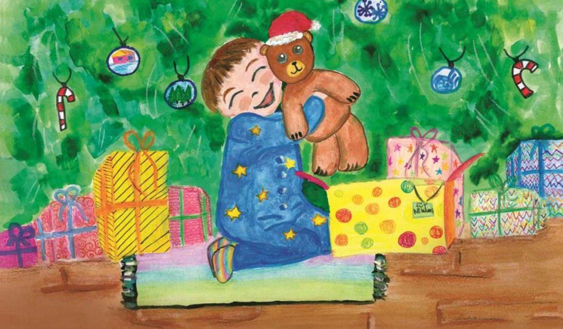 Kind mit Teddybär im Arm sitzt vor dem Weihnachtsbaum und freut sich über die vielen Geschenke.