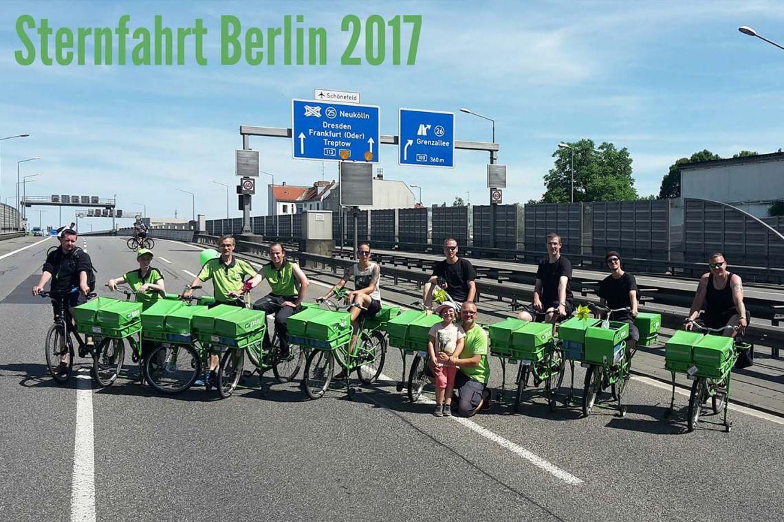 10 PIN-Zusteller mit dem Fahrrad in einer Reihe auf der Berliner Stadtautobahn
