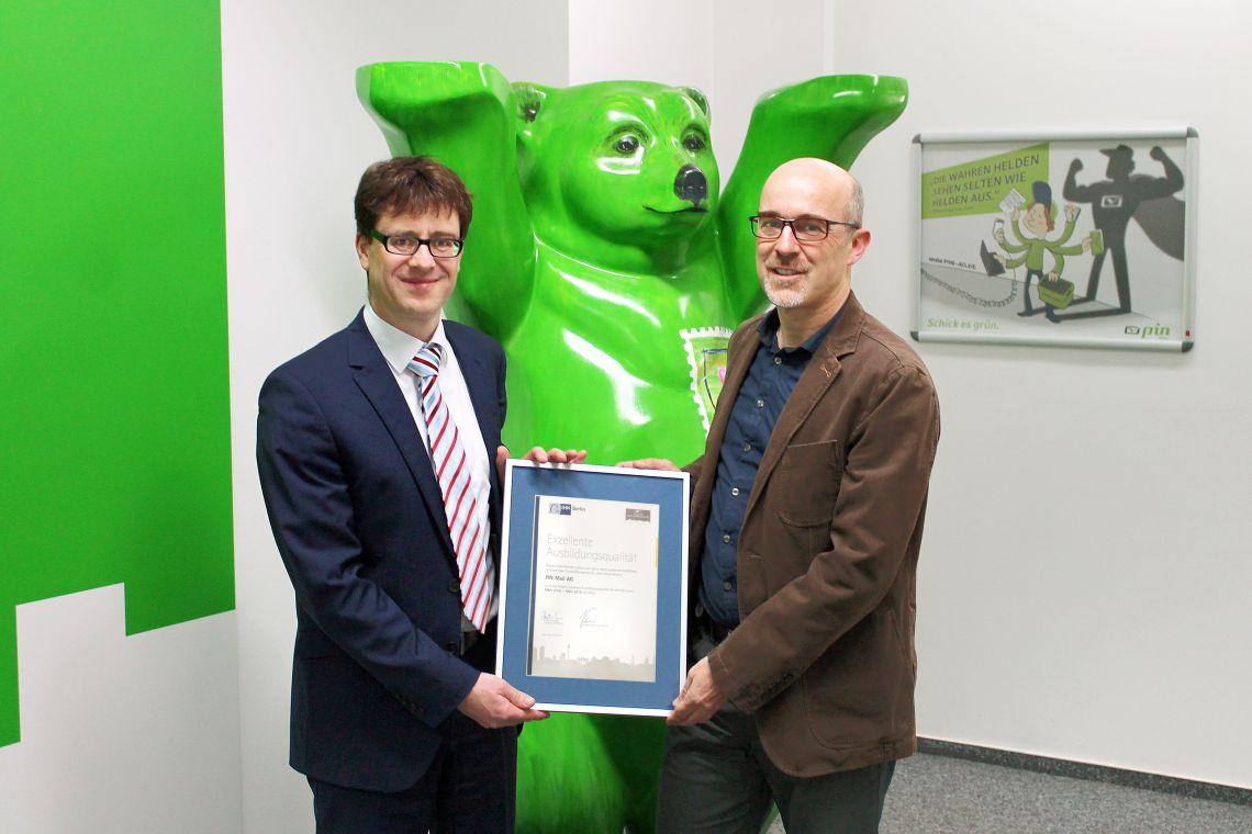 Siegelübergabe für exzellente Ausbildungsqualität an Dr. Klaus Weigeldt (Bereichsleiter Personal bei der PIN Mail AG)